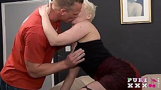 HOT MILF sucks horny stud while heys a wiener - duration 13:53