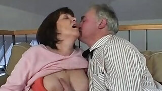 Granny mature slut sucking cock on old cock Vecchia troia matura succhia cazzo - duration 8:00