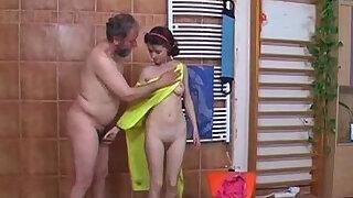 scopata nella doccia da vecchio Teen old fucked in shower by old man - duration 8:00