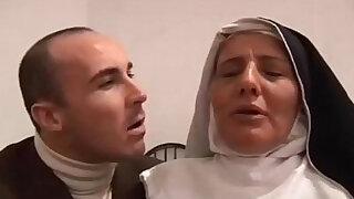 The Italian nun slut does blowjob Il pompino della suora italiana milf - duration 6:00